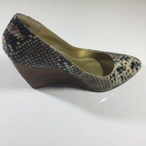 NWOT- Kenneth Cole Reaction Scale Print Wedges